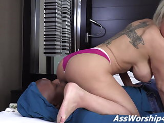 Morose Dee Williams gets her ass worshiped