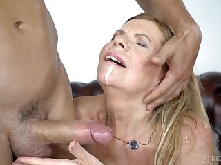 Mature granny Samantha spreads her trotters less be fucked boloney deep