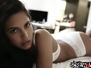 Skilled guy picks with regard to pretty girl Samantha and fucks her mouth